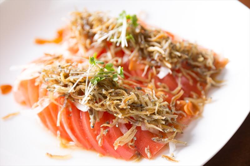 カリカリじゃことトマトのサラダ